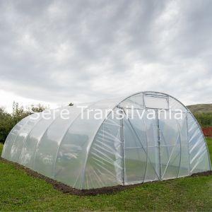 solar tunel 6x10m acoperit cu o folie instalat in curte